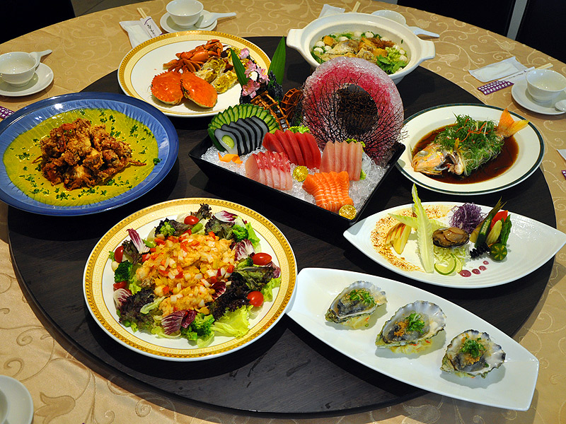 高雄八卦渔村海鲜餐厅以海鲜为主打所推出的一桌好菜.(摄影/邱伟诚)