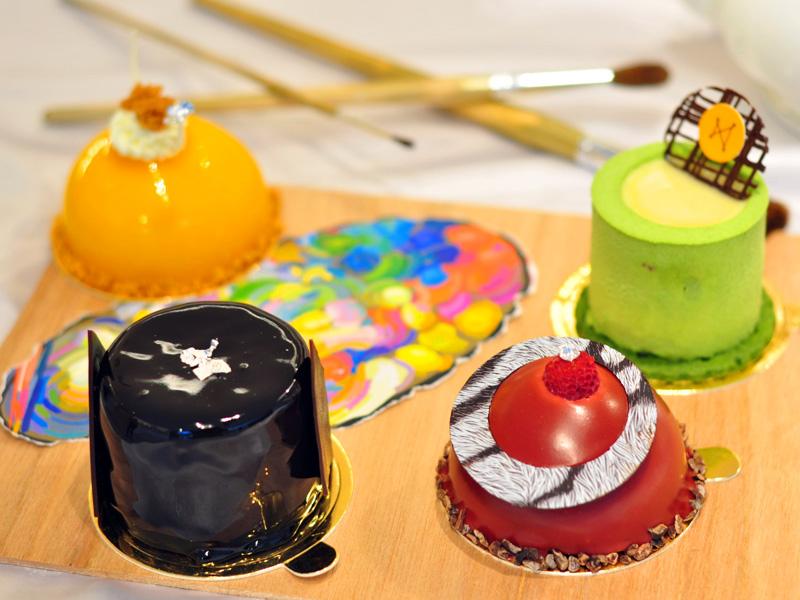當藝術遇上甜點會有什麼獨特的味道呢?連畢卡索都推崇的俄籍旅法藝術家馬克夏卡爾Marc Chagall被譽為真正懂得色彩的人,豐富的創作靈感與豐富的想像力,更運用生活的點滴體驗來創作,現在在美術園道上Petite Amie將藝術與甜點結合,繽紛的夏卡爾成了創作的元素,打造了夏日夏卡爾調色盤甜點。   Petite Amie公關Tracy表示,夏卡爾的名作之一是幸福,畫中的人物因為感到幸福都飛起了,喜換運用大膽色彩的夏卡爾,成了本次創作團隊與主廚溝通的重點,也創作出一組四樣,以新鮮水果、抹茶等來打造出特色