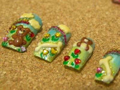 可爱熊宝宝,白色大骨头,绿色的小草小花,加上水钻装饰图案,让指尖散发