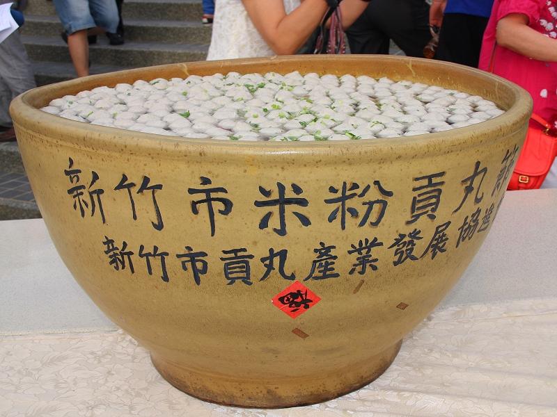 比赛的队伍所组成的千人大合唱,将世博台湾馆的户外阶梯排得满满的,再图片